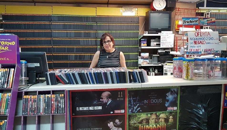 Pilar Cerón del Videoclub Tarraco del carrer Pere Martell, aquesta darrera setmana, al seu establiment.