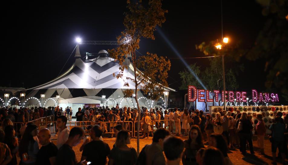 L'exterior de la carpa on s'ha celebrat la 14a edició del Festival Deltebre Dansa.