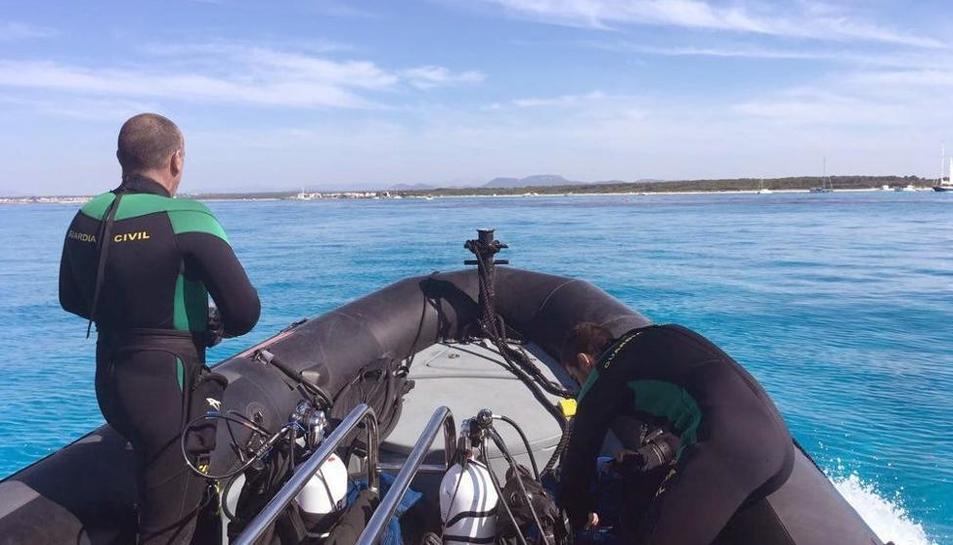 Els submarinistes de la Guàrdia Civil durant la búsqueda dels turistes