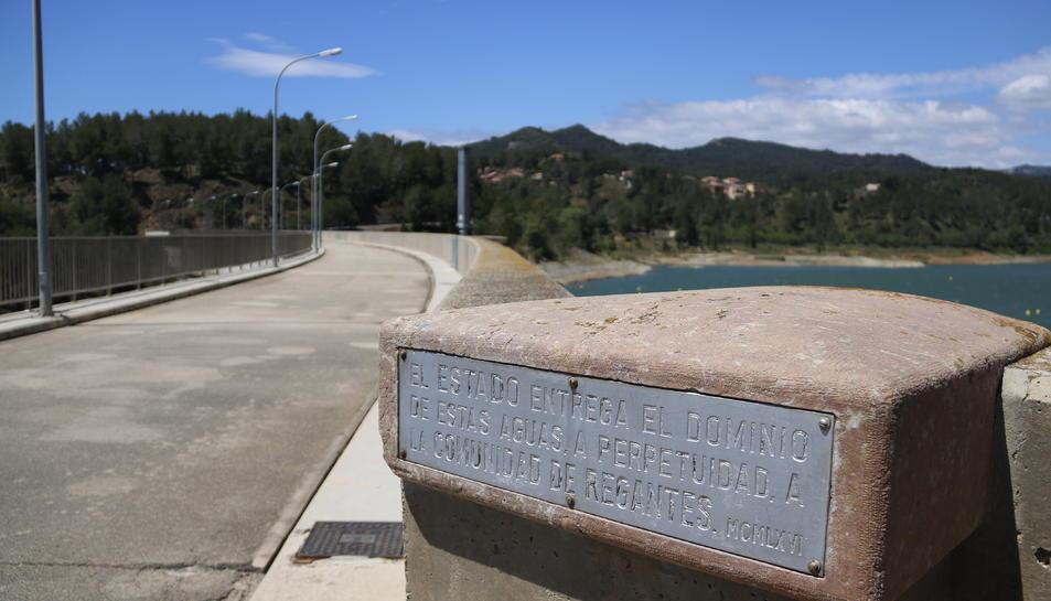 Placa que recull que les aigües són de la Comunitat de Regants.