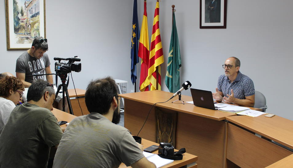 L'alcalde de Banyeres del penedès explicant l'acord de soterrament amb la Generalitat.