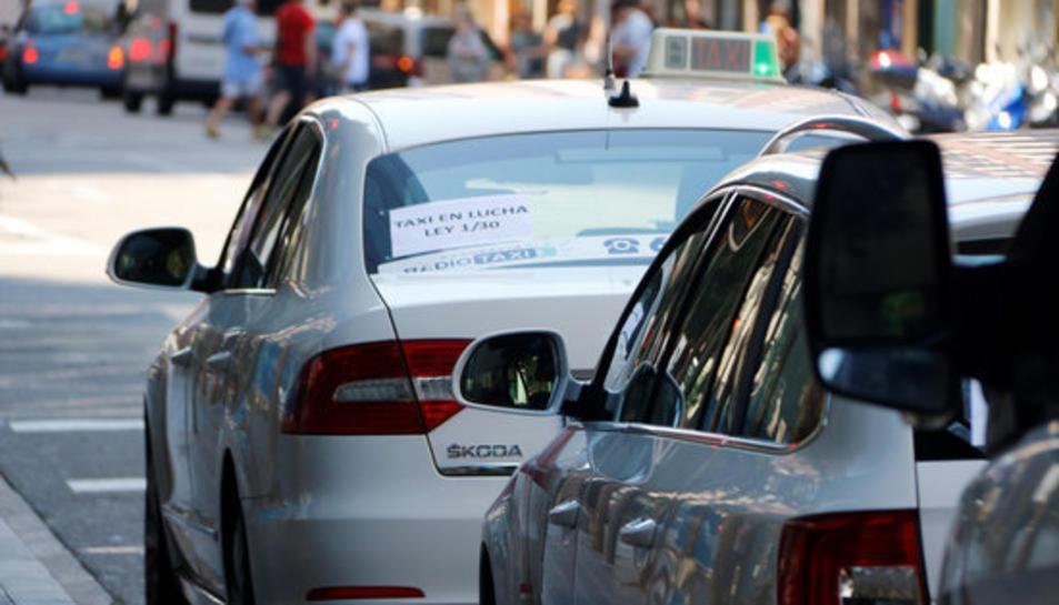 Pla mig d'un taxi amb un cartell on es llegeix 'taxi en lluita', a Tarragona.