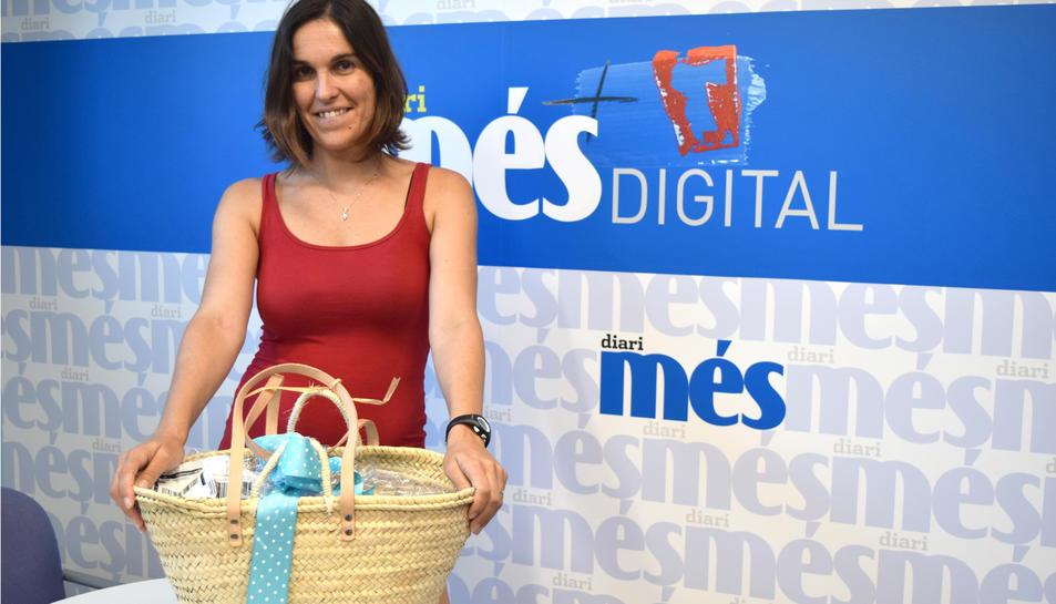 Jéssica Rodríguez amb la cistella de productes Caprabo.