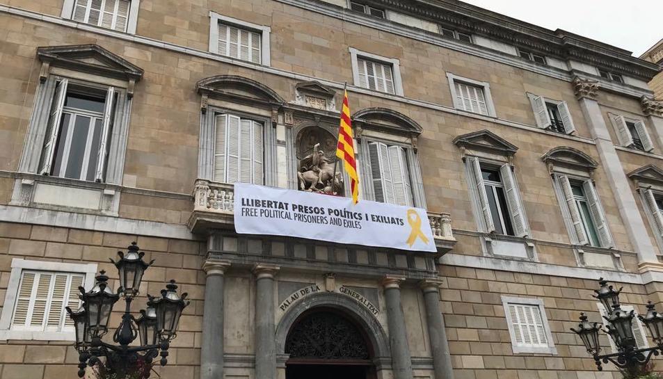 Pancarta instal·lada a la façana del Palau de la Generalitat.