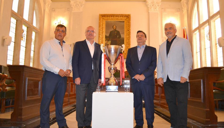 La copa del trofeu, que ha estat presentat aquest dilluns a l'Ajuntament de Reus.