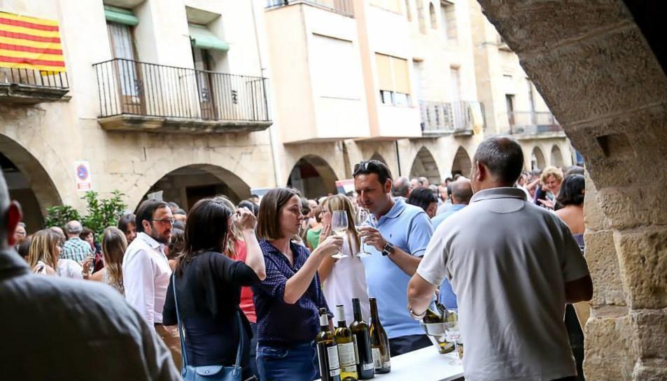 La festa dels Vincs de Batea té coma  eix principal la plaça dels Porxos.
