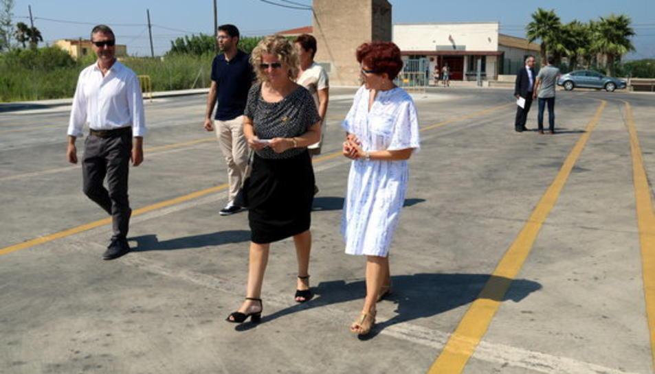 L'alcaldessa de Tortosa, Meritxell Roigé, i la cap de Trànsit a Tarragona i l'Ebre, Maria Teresa Gulbenzu, visitant la pista d'exàmen de Tortosa amb representants de les Autoescoles.