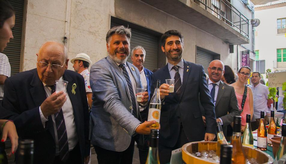 El conseller, acompanyat de l'alcalde de Valls, visitant els estands de la fira.