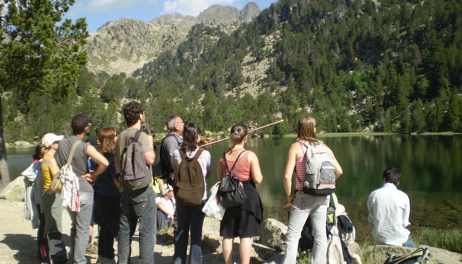 El professor de Geografia de la UdL, Ignasi Aldomà, impartint un taller a l'Alt Pirineu com els que es duran a terme en el marc del Màster en gestió d'àrees de muntanya.