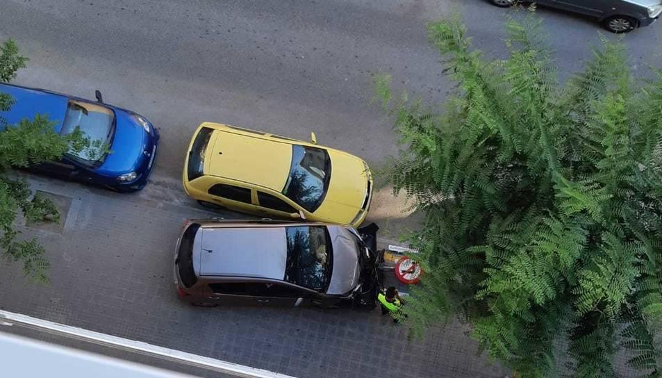 Estat en què va quedar el cotxe, un cop frenat pel fanal.