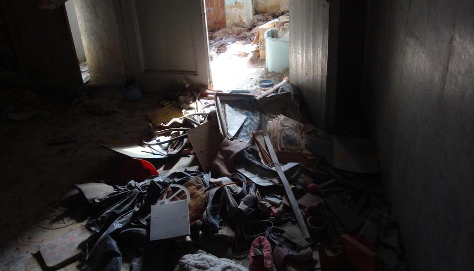 L'interior dels blocs es troba molt deteriorat, acumula encara restes d'ocupacions i mostra conseqüències de la presència de coloms.