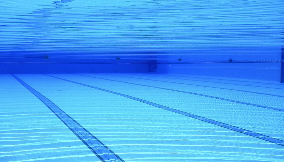 Imatge d'arxiu d'una piscina exterior.