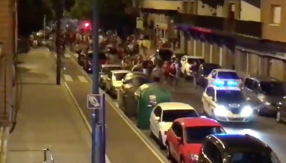 Imatge dels joves perseguint els vehicles policials.