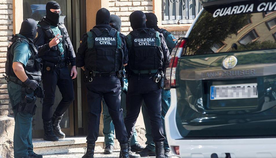 Agents de la Guàrdia Civil durant els registres realitzats en diversos domicilis a Mataró.