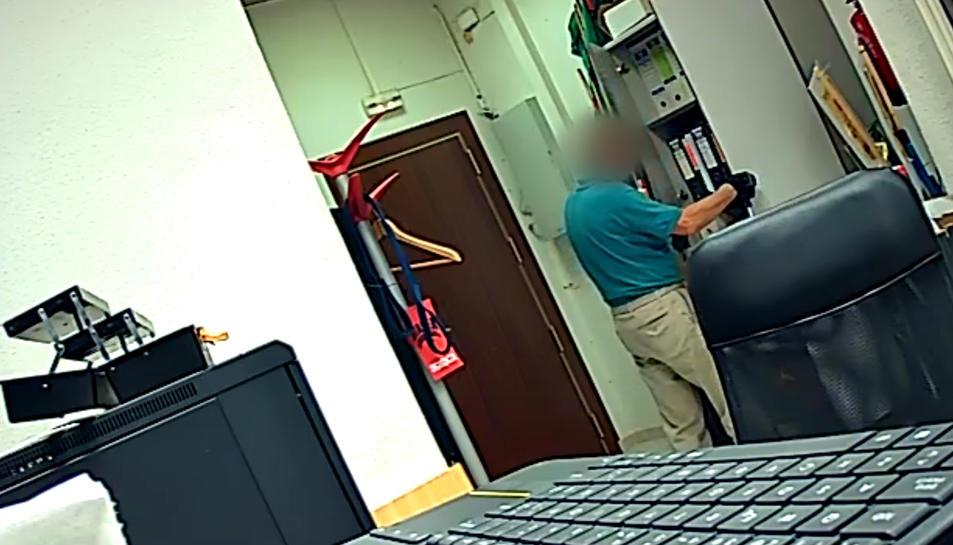 Una de les imatges de càmeres de seguretat d'una de les oficines robades.