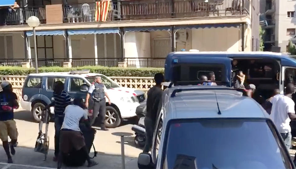 DIversos manters enfrontant-se als Mossos que han intentat retenir-los al carrer de Barenys.