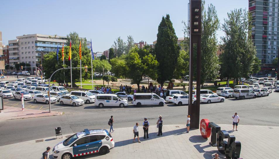 Els taxis han ocupat els carrils centrals de la plaça Imperial Tàrraco.