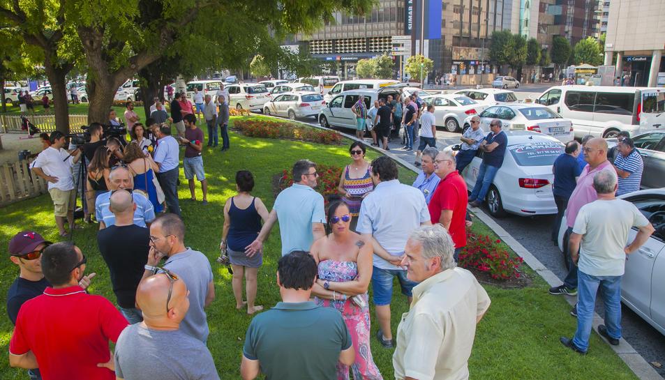 Els taxistes han celebrat una reunió al mig de la plaça.