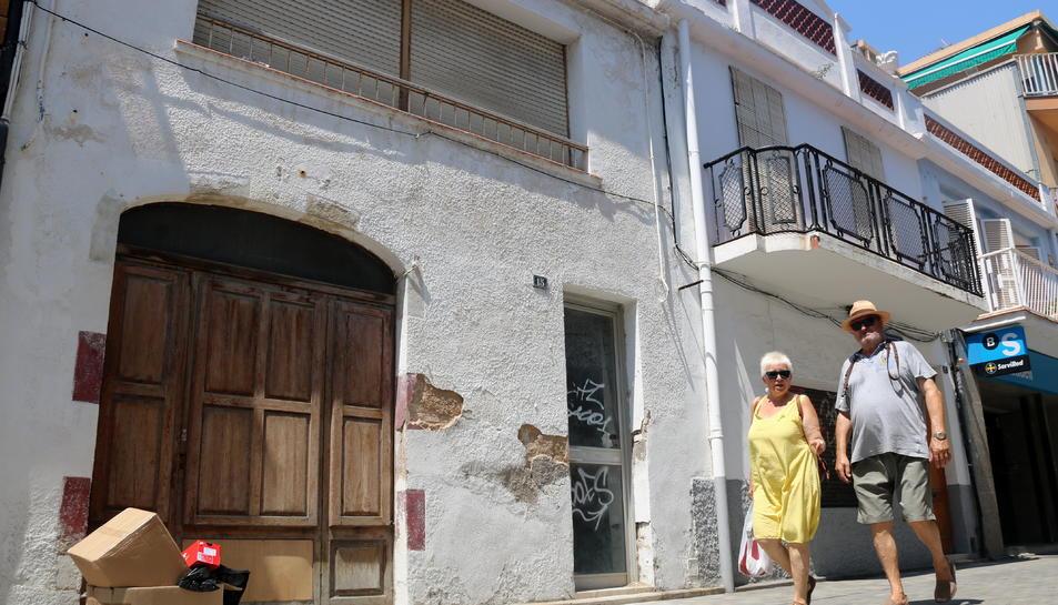 Les cases del carrer Sant Pere de Calafell 15 i 17, on s'ha constatat un focus de rates.