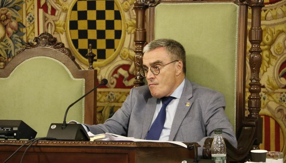 L'alcalde de Lleida, Àngel Ros, pensatiu, en l'últim ple de la Paeria.