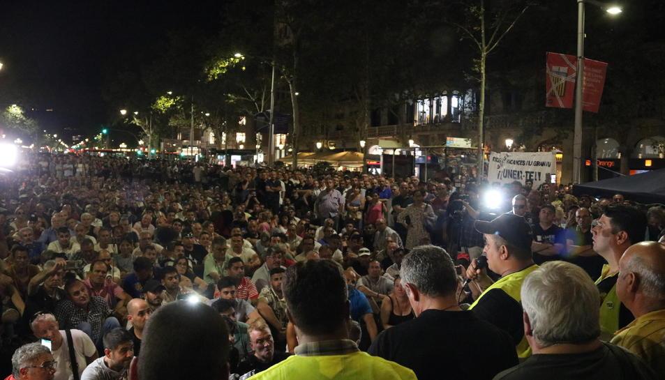 L'assemblea celebrada pels taxistes de Barcelona ahir a la nit.
