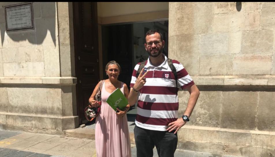 Isabel Lozano i Jordi Fernández davant de la casa de la Vila de Valls.