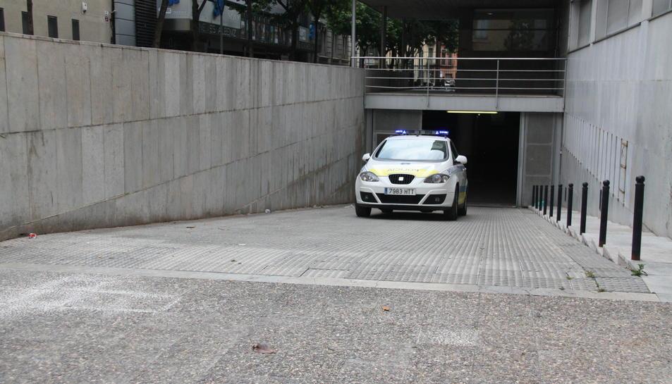 Imatge d'arxiu d'un vehicle de la Policia Municipal sortint dels jutjats.