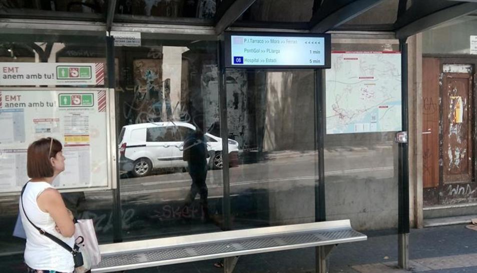 Les pantalles informen sobre el temps que triga a arribar l'autobús a la parada, sobre les incidències i els avisos relacionats amb el servei.