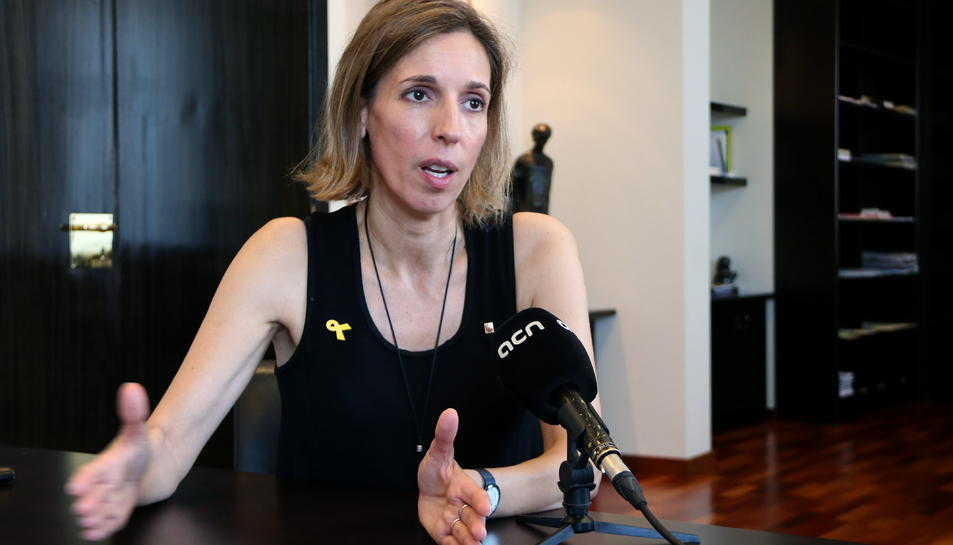 Pla mig de la consellera d'Empresa, Àngels Chacón, durant una entrevista amb l'ACN a la seu del departament.