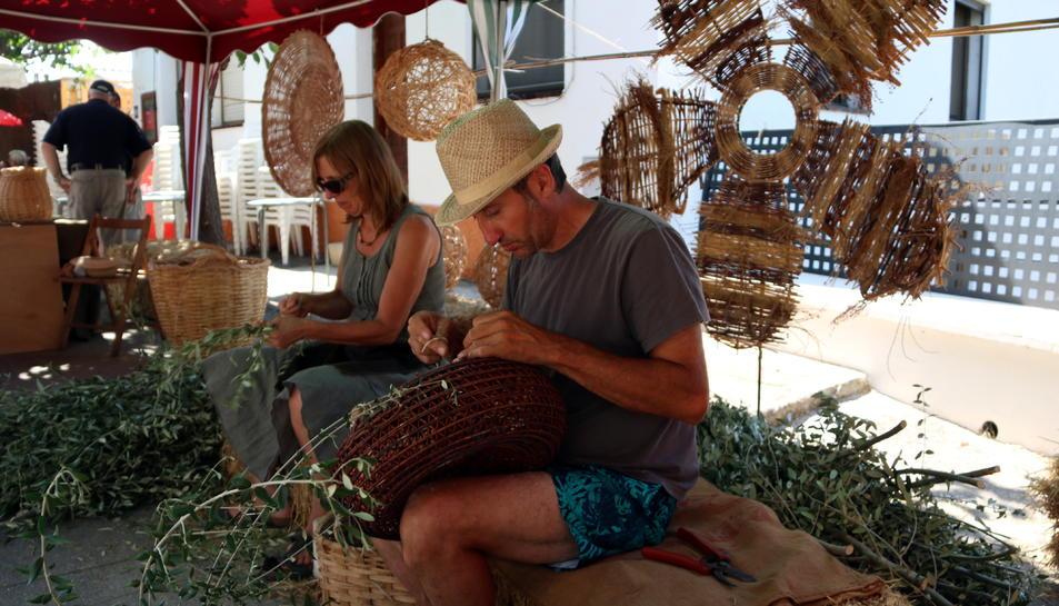Dos expositors treballant en la Fira de les Fibres Vegetals de Mas de Barberans.
