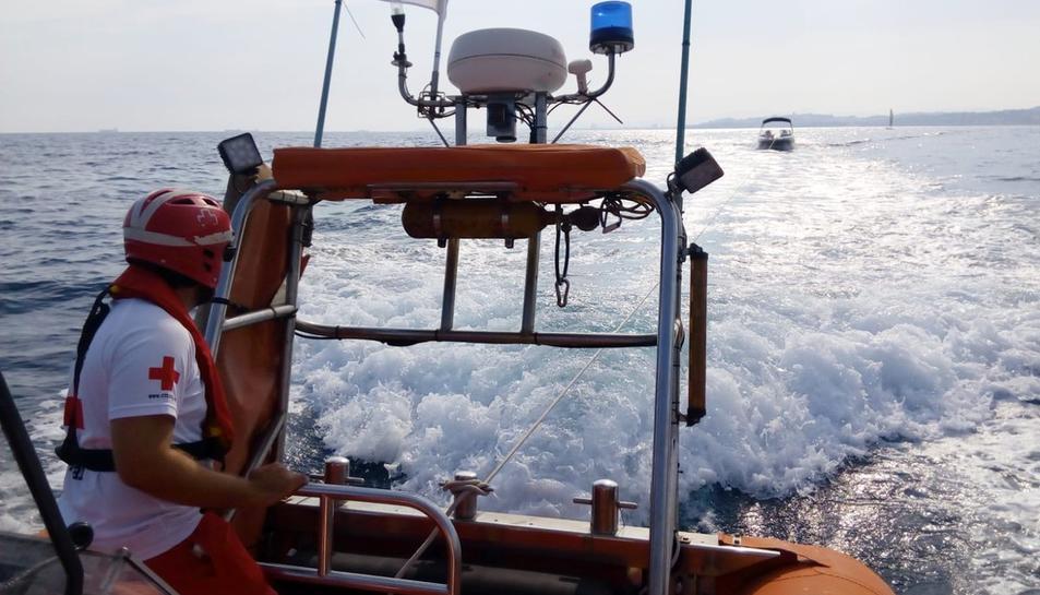 Els treballadors de Creu Roja rescatant l'embarcació avariada