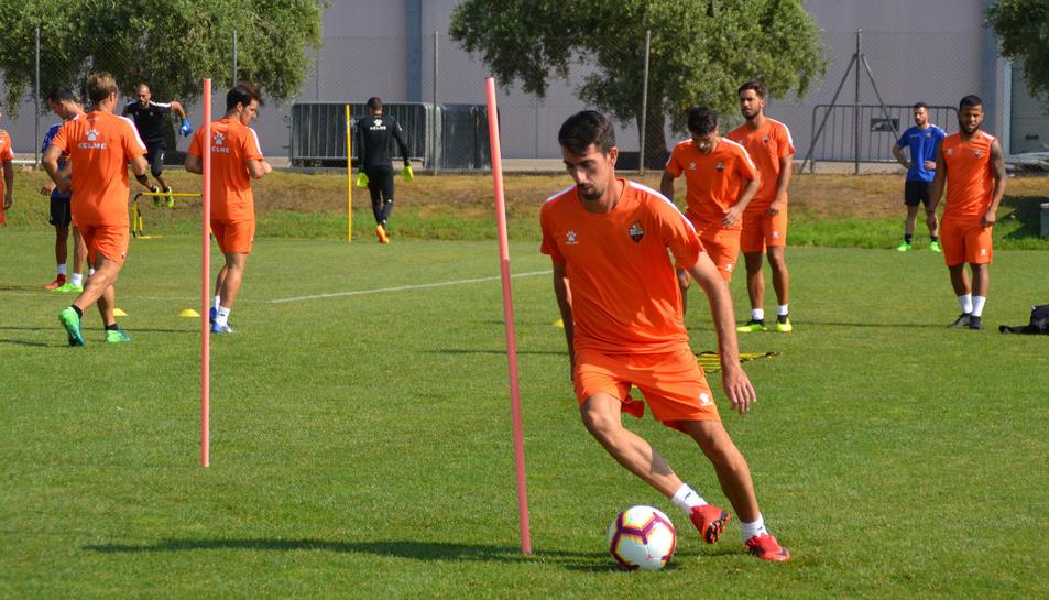 Isaac Cuenca, durant un dels primers dies d'entrenaments a Reus, exercitant-se amb la resta de companys.