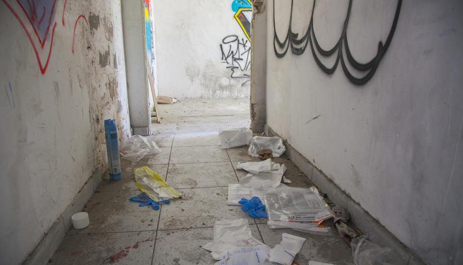 L'espai on el sensesostre es va treure la vida encara presenta restes de la intervenció dels cossos policials.