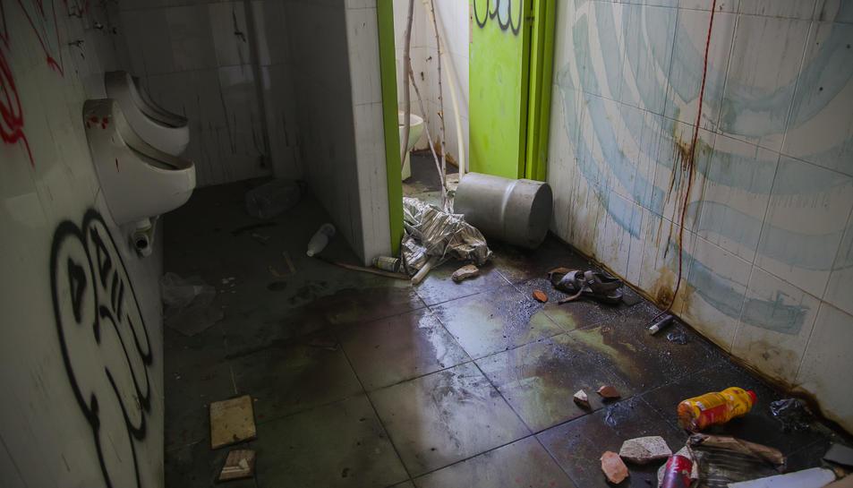 L'interior de la nau presenta deixalles i nombroses destrosses.