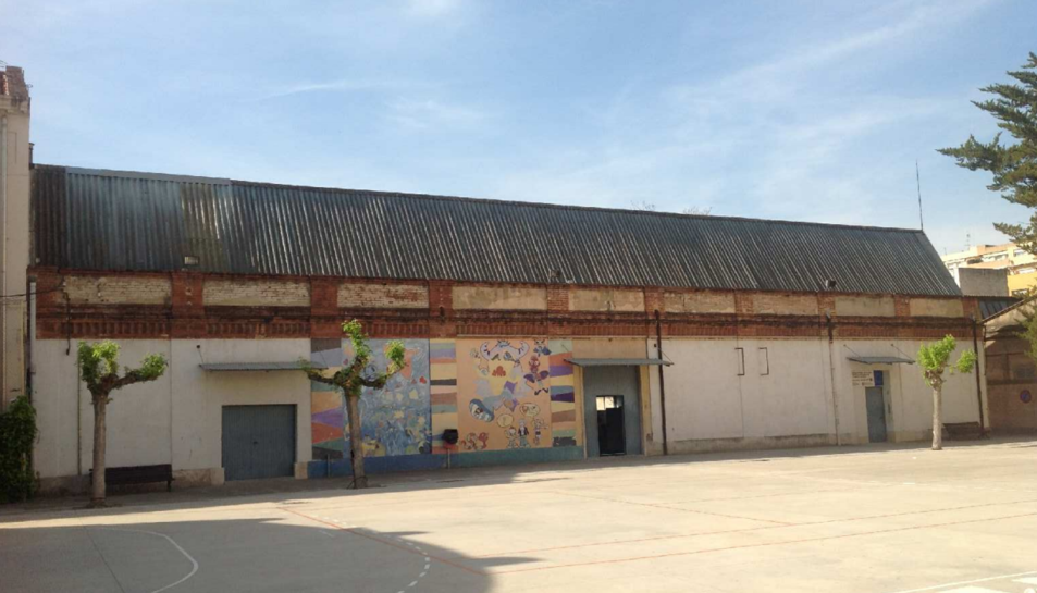 La coberta del gimnàs i la d'un edifici adjunt eren de  planxes de fibrociment a l'INS Baix Camp.