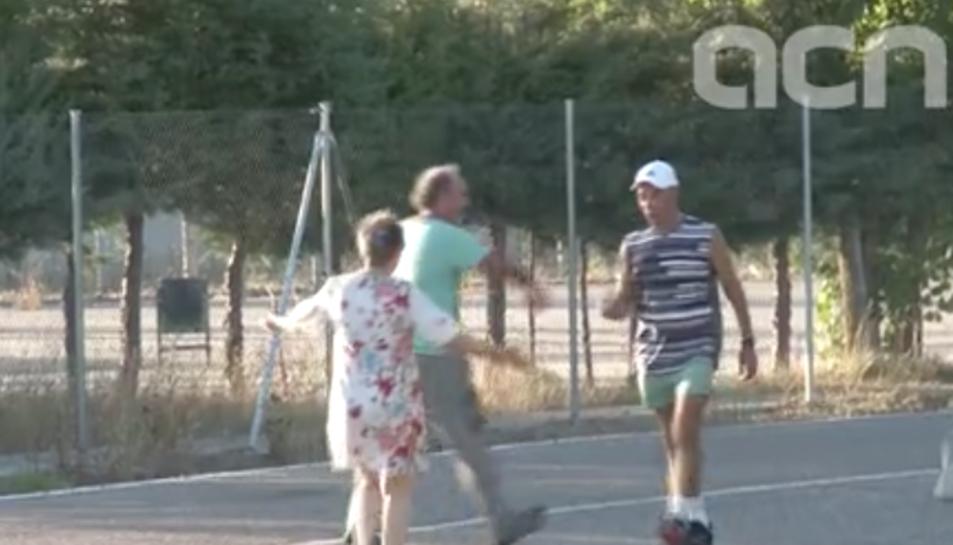 Captura de pantalla del vídeo que mostra la sortida de Potros amb una gorra blanca