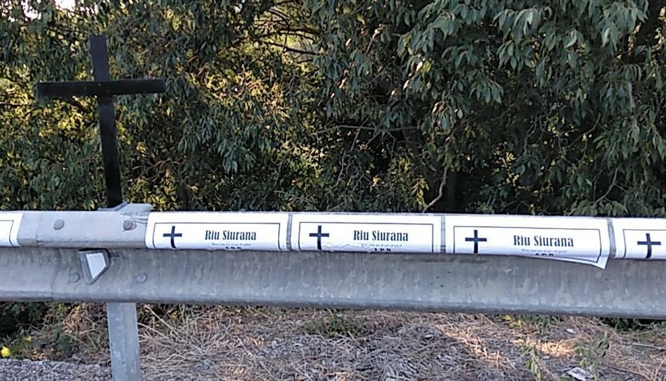 Han volgut escenificar la mort del riu Siurana amb una plantada de creus