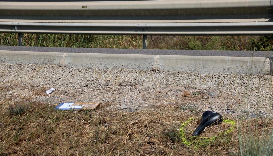 Pla detall d'un seient de les dues bicicletes envestides en un accident mortal a la T-310, entre Montbrió del Camp i Riudoms.