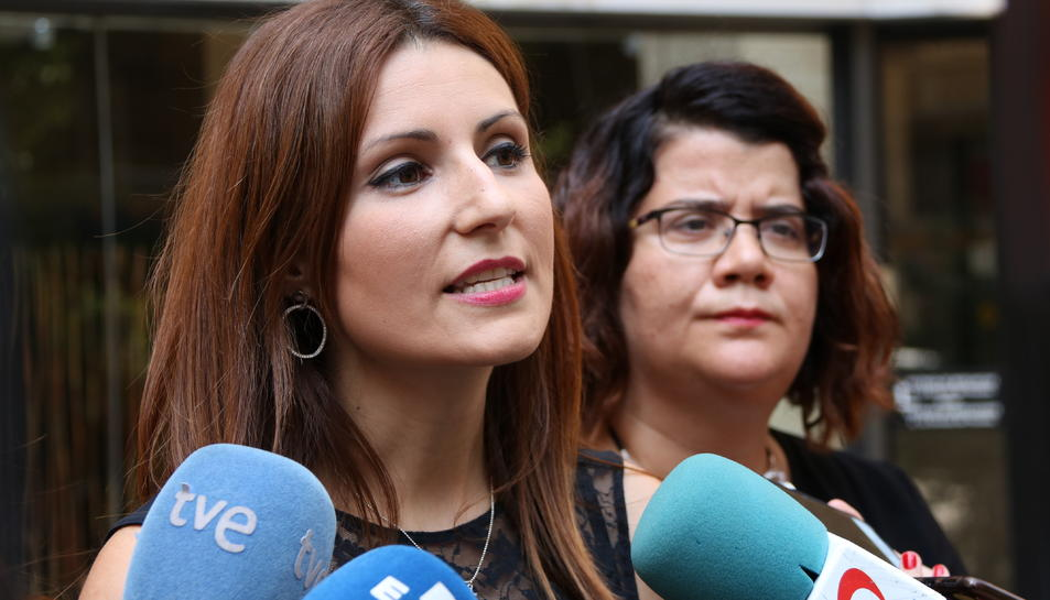 Primer pla de la diputada de Ciutadans al Parlament Lorena Roldán en una atenció als mitjans.