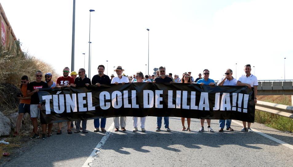 Pla general de la capçalera de la manifestació que ha tallat l'N-240 a l'alçada de Montblanc per reclamar que es desencallin les obres de l'A-27.