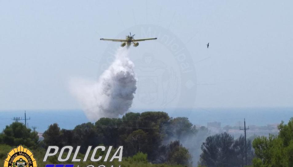 Un avió dels bombers treballant per extingir l'incendi