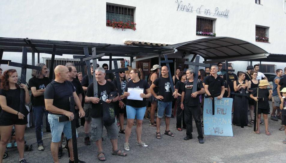 Els manifestants han portat creus i s'han vestit de negre