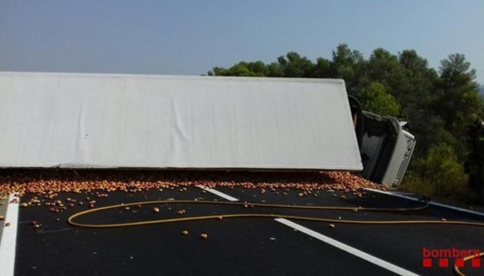 Imatge del camió bolcat a la TV-3022 a Rasquera.