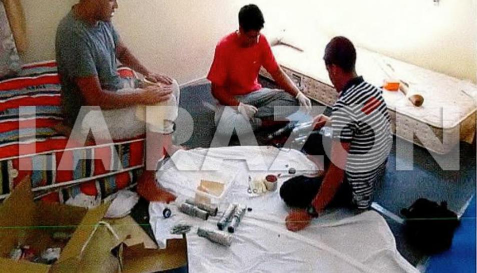 Tres dels jihadistes fabricant els cinturons d'explosius a la casa d'Alcanar.