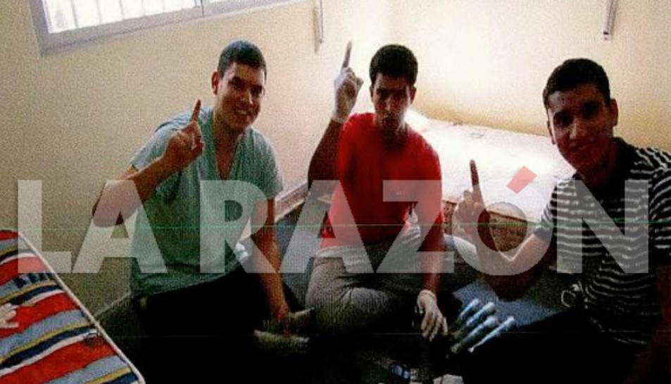 Tres dels jihadistes saluden a la càmera mentre fabriquen els cinturons explosius a la casa d'Alcanar.