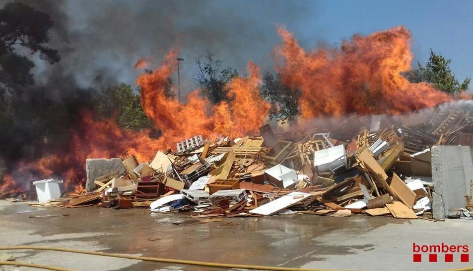 Imatge del focs que està sent controlat pels Bombers.