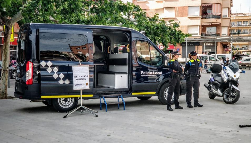 Imatge d'arxiu de dues agents de la Policia Local de Tortosa al punt d'informació ciutadana.