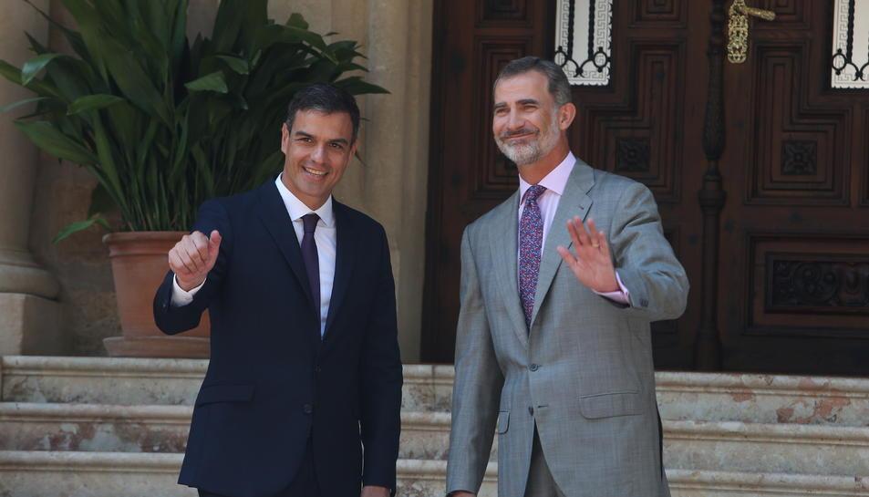 El president del govern espanyol, Pedro Sánchez, amb el rei Felip VI, al Palau de Marivent.