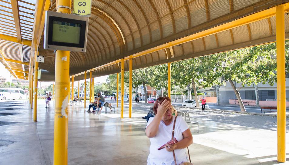 Andanes de l'estació d'autobús de Reus, on les obres es perllongaran durant sis mesos.