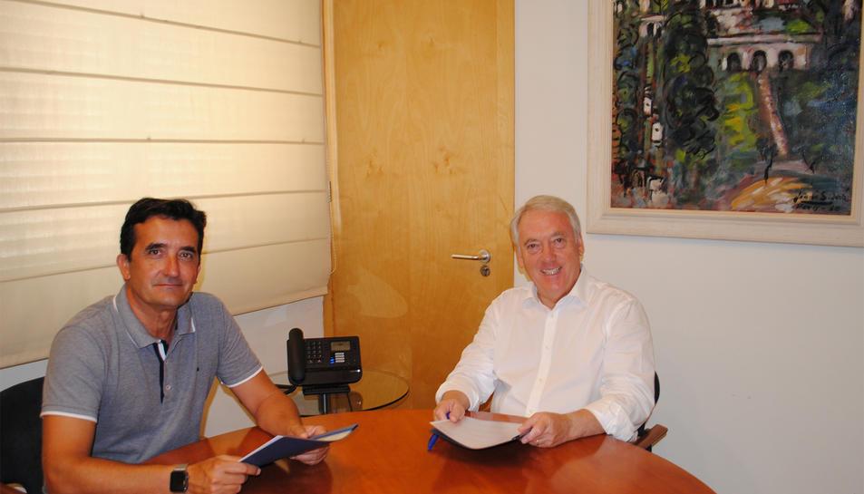 L'alcalde de Vila-seca, Josep Poblet, i el gerent d'Aquopolis Costa Daurada, Josep M. Claver, durant la signatura del conveni.